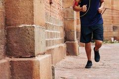 rustande male man för ben utanför running skor för väglöpare Royaltyfria Bilder