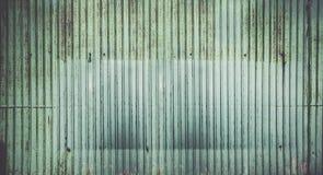 Rusted使锌板料墙壁背景成波状 免版税库存照片