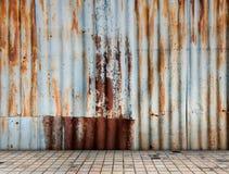 Rusted galvanisierte Eisenplatte mit Fliesenboden Lizenzfreie Stockfotos