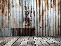 Rusted galvanisierte Eisenplatte mit Holzfußboden Lizenzfreie Stockfotografie
