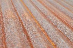 Rusted ha ondulato il piatto galvanizzato del ferro su luce naturale Immagine Stock