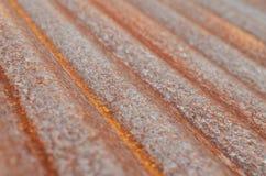 Rusted ha ondulato il piatto galvanizzato del ferro su luce naturale Fotografie Stock Libere da Diritti