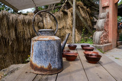 Rusted kettle and chipped bowls on table,China Royalty Free Stock Photography