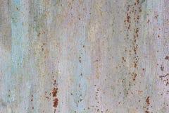 Rusted pintou a corrosão da parede do metal com as raias da oxidação foto de stock