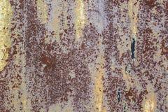 Rusted pintou a corrosão da parede do metal com as raias da oxidação fotos de stock