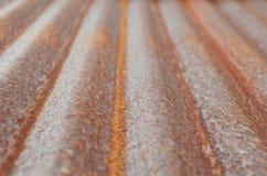 Rusted runzelte galvanisierte Eisenplatte auf natürlichem Licht Stockbilder