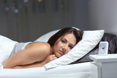 Rusteloos meisje die aan slapeloosheid lijden die u bekijken stock foto's