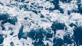 Rusteloos schuimend blauw zeewater van hierboven stock foto