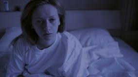 Rusteloze die dromen van slaapvrouw door ontwaken voor nachtmerries worden onderbroken stock video