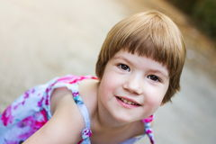 Rusteloze drie jaar oud meisjes diepret hebben Stock Afbeelding