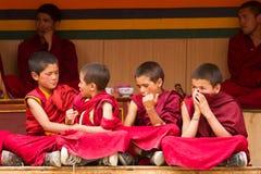 Rusteloze jongensmonniken bij de Cham-Dans Festiva in Lamayuru stock fotografie