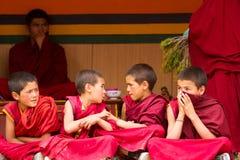 Rusteloze jongensmonniken bij de Cham-Dans Festiva in Lamayuru stock afbeeldingen