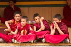 Rusteloze jongensmonniken bij de Cham-Dans Festiva in Lamayuru stock afbeelding