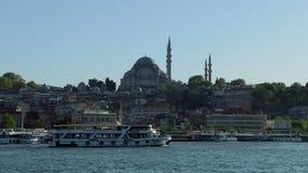 Rustem Pasa Mosque e barcos de prazer video estoque