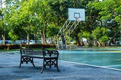 Rustende beschadigde stoel In het gebied en het basketbal royalty-vrije stock fotografie