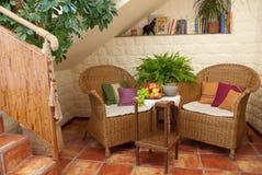 Rustende plaats met rieten meubilair Royalty-vrije Stock Foto's