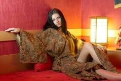 Rustende vrouw in kimono royalty-vrije stock fotografie