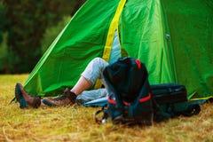 Rustende Wandelaar in een Tent Stock Foto's