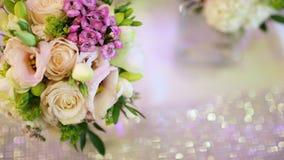 Rustende Witte Rose Bouquet op huwelijksdag stock footage