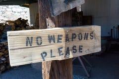 Rusti träbaordtecken på en stolpe med varningen arkivbild