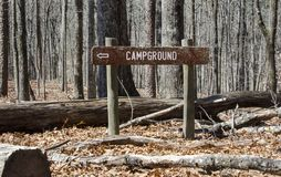 Free Rustic Campgound Direction Hiking Sign At Red Top Mountain State Park, Georgia, USA Royalty Free Stock Photos - 112695088