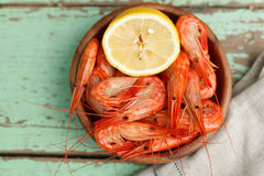 Rustic serving of cooked shrimp Royalty Free Stock Images