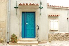 Rustical-Weinlese Marine Turquoise und blaue Tür lizenzfreie stockfotografie