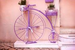 Rustico - annata, bicicletta porpora superata Fotografia Stock Libera da Diritti