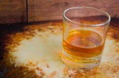 Rustico ordinato del whiskey sopra fotografia stock libera da diritti