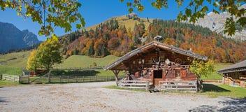 Rustiek alpien chalet in de vallei van het wandelingsgebied karwendel, Tirol royalty-vrije stock afbeelding