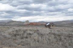 Rustiek blokhuis op een gebied van Utah stock afbeelding