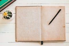 Rustiek boek met lege ruimte voor tekstenvertoning en pen Royalty-vrije Stock Afbeeldingen