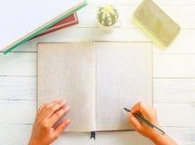 Rustiek boek met lege ruimte voor tekstenvertoning en pen Royalty-vrije Stock Fotografie