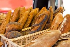 Rustiek brood bij Franse markttribune Royalty-vrije Stock Afbeeldingen