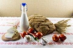 Rustiek brood, melkfles, groenten en geitkaas Royalty-vrije Stock Afbeeldingen