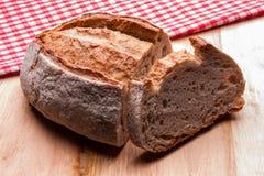Rustiek brood met rode keukenhanddoeken Buitenhuisstijl authentiek royalty-vrije stock fotografie