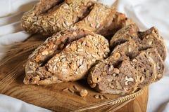 Rustiek brood met zaden en noten stock afbeelding
