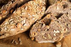 Rustiek brood met zaden en noten stock fotografie