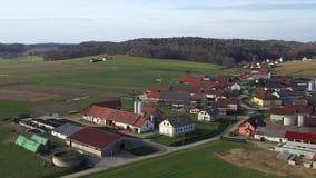 Rustiek dorp in agrarisch platteland van oostelijk Slovenië stock footage