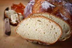 Rustiek eigengemaakt die brood onder natuurlijk licht wordt gefotografeerd. royalty-vrije stock foto's