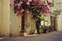 Rustiek Grieks huis in de stad Stock Afbeeldingen