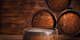 Rustiek houten vat op een nachtachtergrond Stock Foto