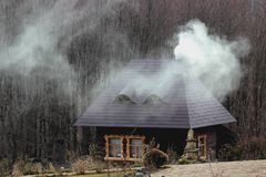 Rustiek huis in het hout royalty-vrije stock afbeeldingen