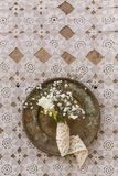 Rustiek huwelijksconcept Kleine fresia en gypsophila bloeien bouq royalty-vrije stock afbeeldingen
