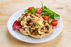 Rustiek Ochtendontbijt, toost met paddestoelen, kaasomelet en verse groenten royalty-vrije stock fotografie
