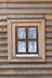 Rustiek plattelandshuisjevenster en frontside met horizontale raad Stock Afbeeldingen
