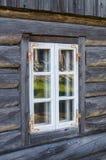 Rustiek plattelandshuisjevenster in oud houten landelijk huis Stock Afbeeldingen