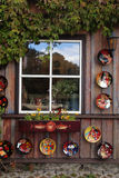 Rustiek venster met ceramische platen en bloempot in houten landelijk h Stock Afbeeldingen