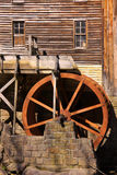 Rustiek Wiel op Watermolen Stock Foto's