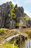 Rustieke brug over stroom Stock Fotografie
